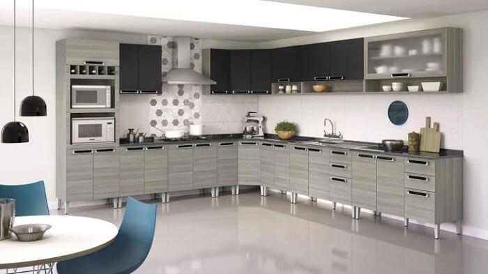 Os puxadores marcam presença nessa cozinha modulada. Fonte: Itatiaia