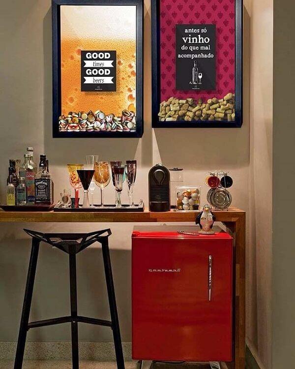 Os quadros decorativos trazem descontração para a área do home bar