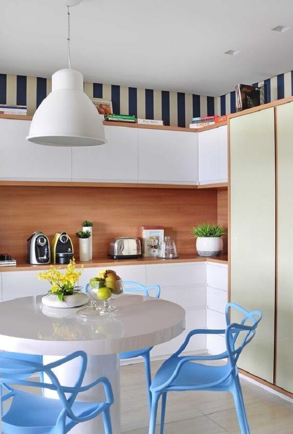 Papel de parede com listras e cadeiras azuis alegram a decoração da cozinha