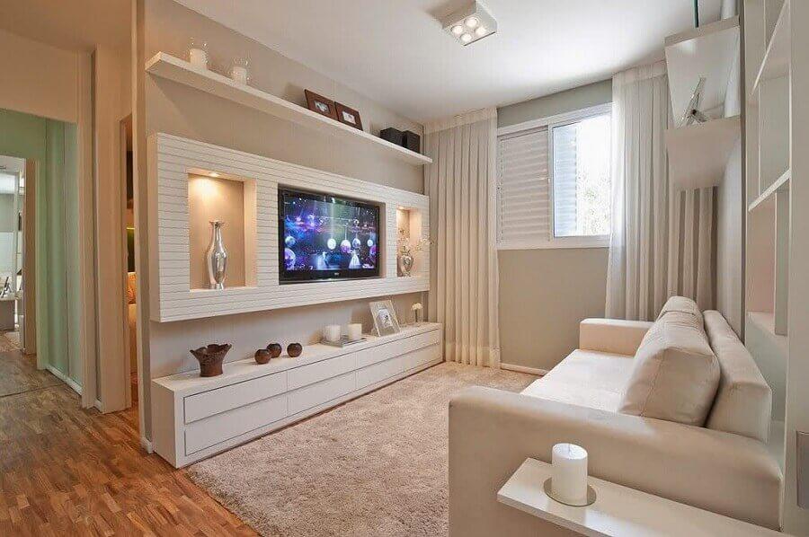Para ampliar o cômodo escolha um rack para sala pequena em tom branco