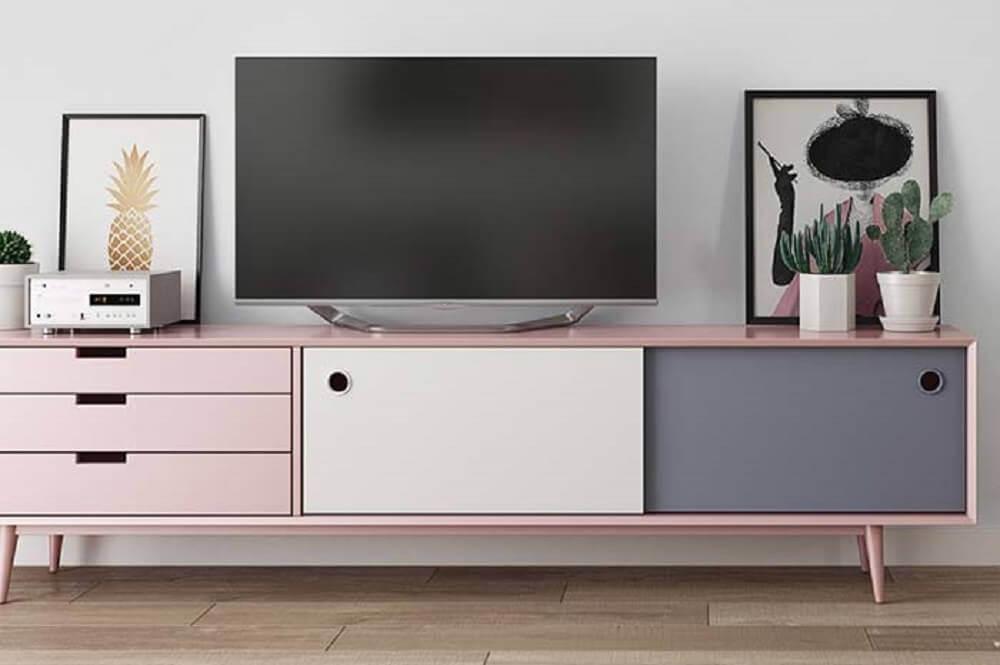 Para uma decoração minimalista escolha um rack retrô colorido