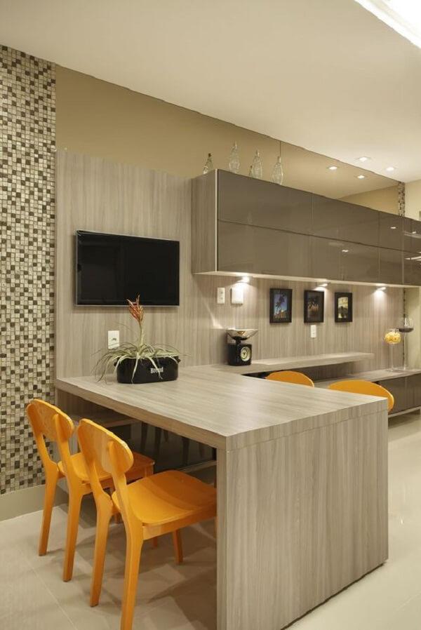 Parede com pastilha marrom e cadeiras para cozinha amarelas
