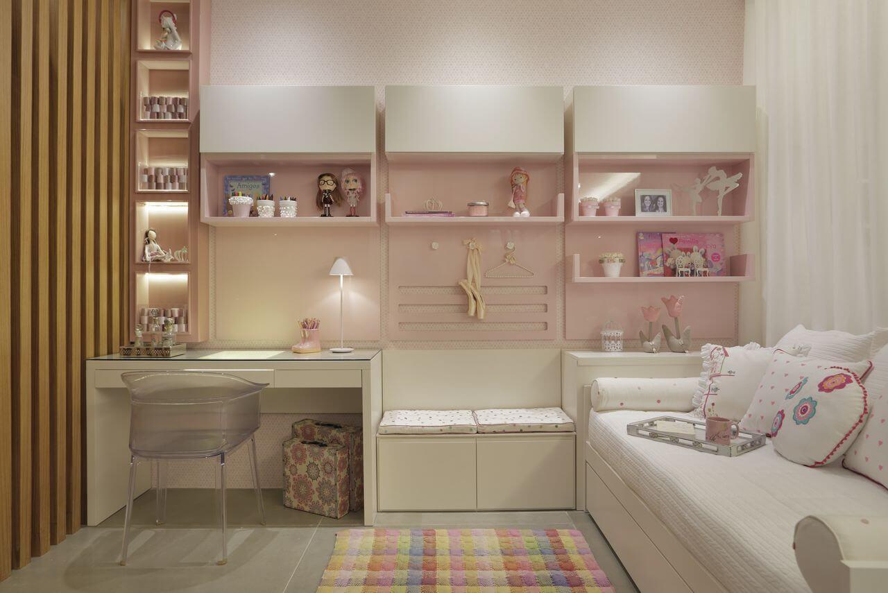Parede de madeira, cadeira transparente e cama infantil de madeira branca
