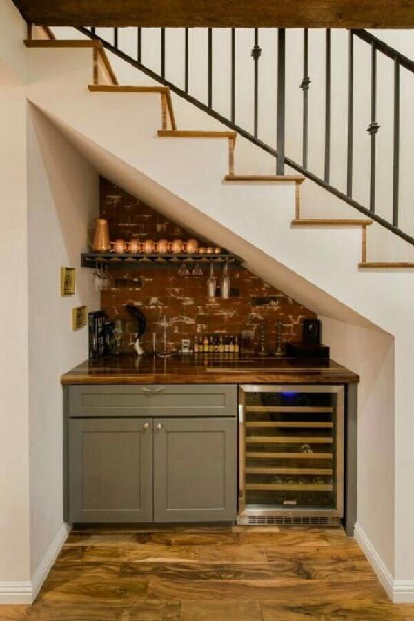 Personalize a decoração do seu ambiente incluindo um home bar embaixo da escada