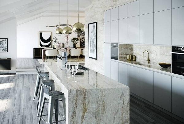 Piso acinzentado e cadeira alta para cozinha decoram o ambiente
