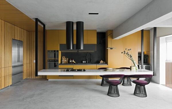 Piso de cimento queimado e cadeira de alumínio para cozinha moderna