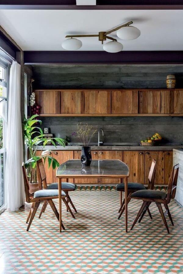 Piso geométrico e cadeiras para cozinha com assento estofado cinza chamam a atenção no cômodo