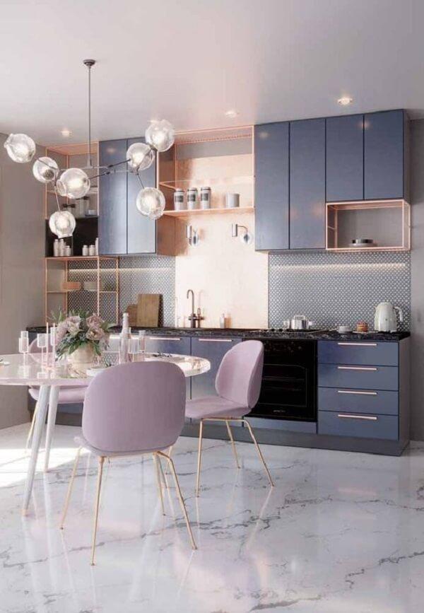 Piso mármore claro e cadeiras para cozinha estofadas em tom rosa