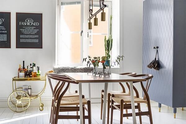 Posicione um lindo carrinho bar próximo a mesa de jantar