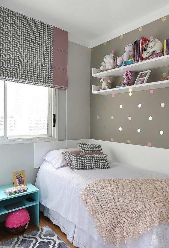Prateleiras de madeira branca, tapete estampado e cama infantil branca