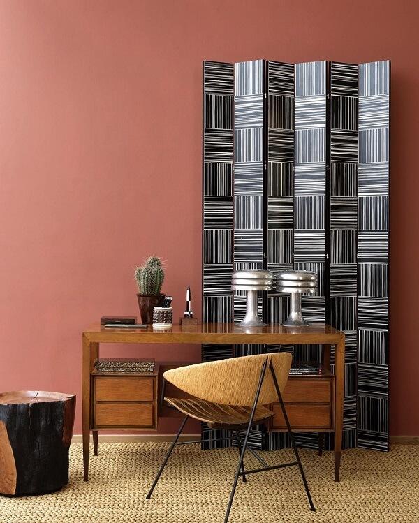 Preencha espaços vazios com o biombo de madeira