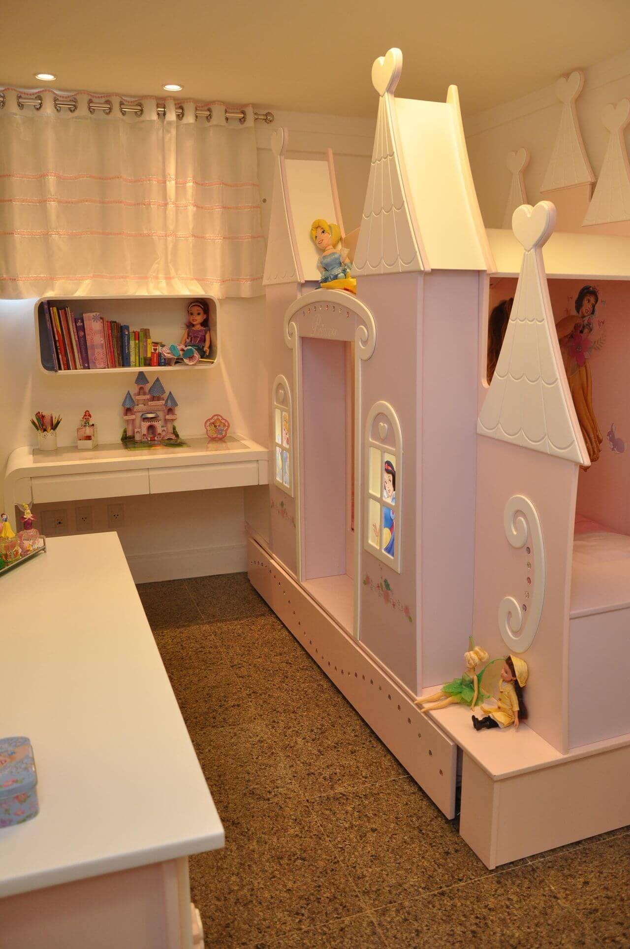 Quarto infantil com castelo das princesas