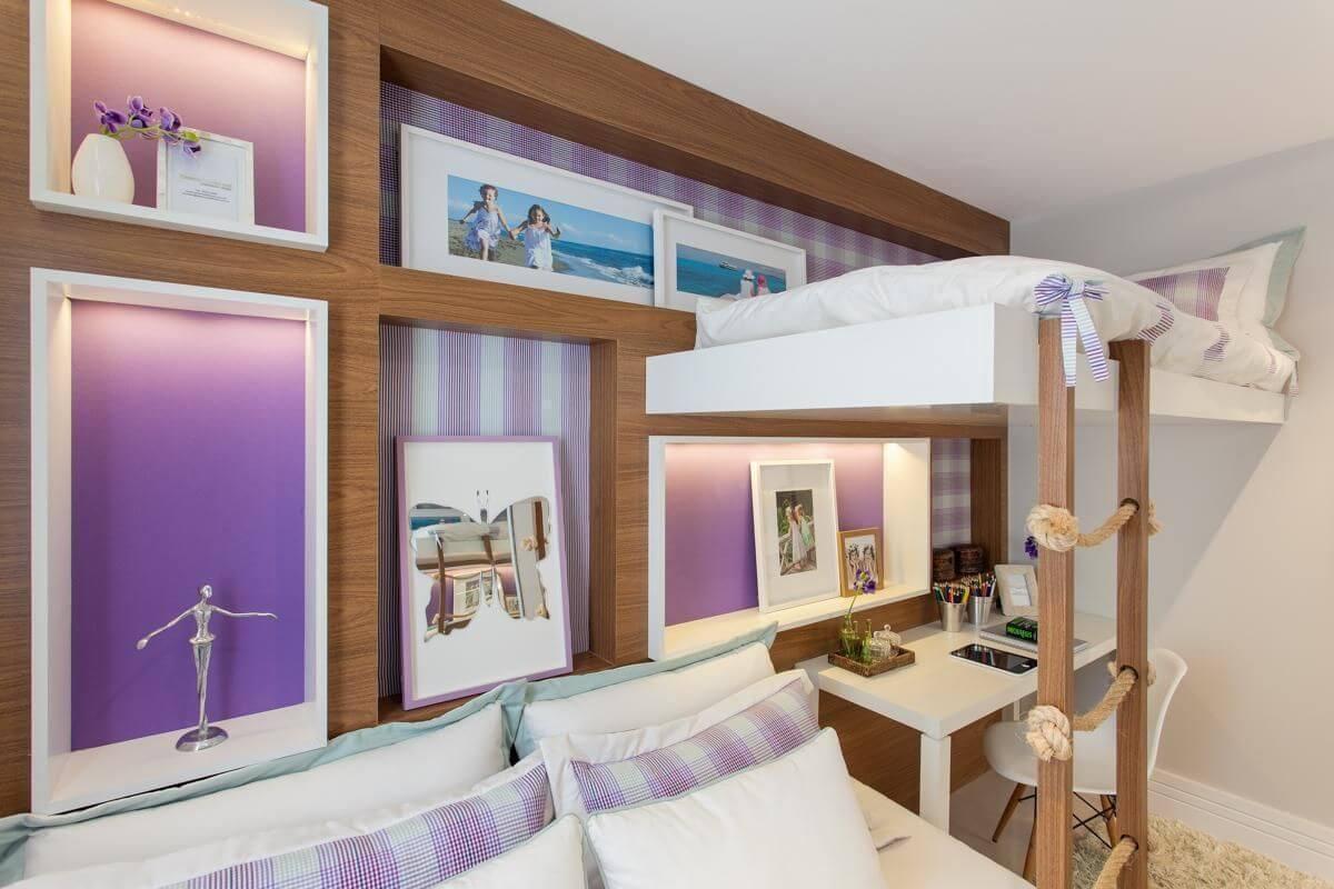 Quarto lilas com cama infantil de madeira
