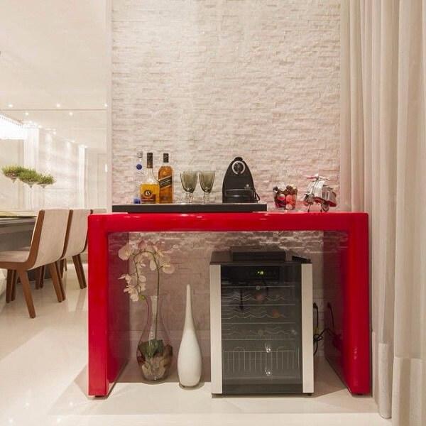 Que tal decorar aquele cantinho da sala e formar um lindo espaço para o home bar?