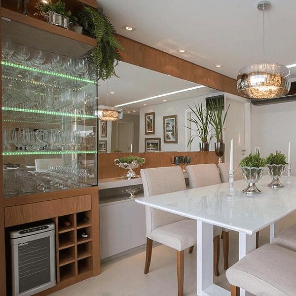 Que tal unir cristaleira com adega no seu home bar?