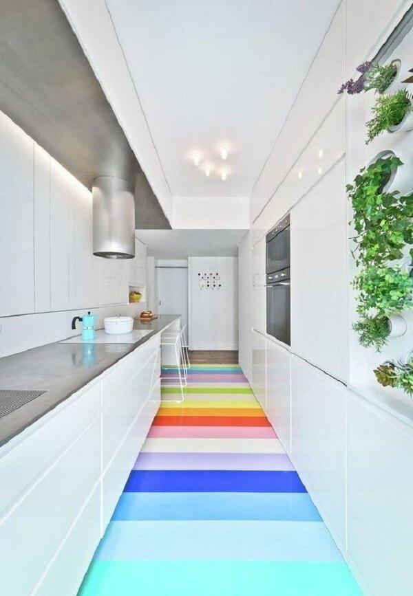 Quebre a neutralidade da decoração usando pisos para cozinha coloridos. Fonte: Pinterest