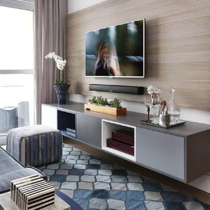 Rack com painel para sala pequena decorada com tapete geométrico