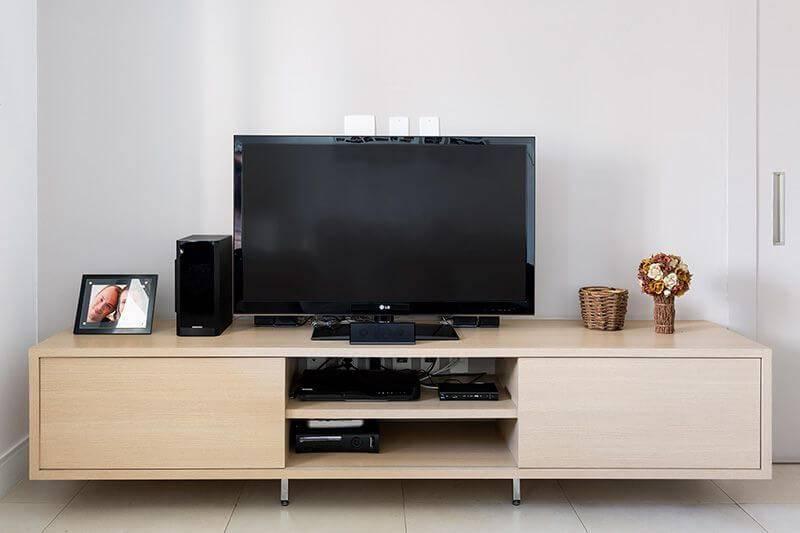 Rack para sala de estar feito com madeira clara