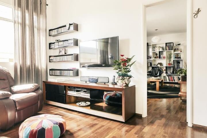 Rack para sala pequena feito de madeira com gavetas espelhadas