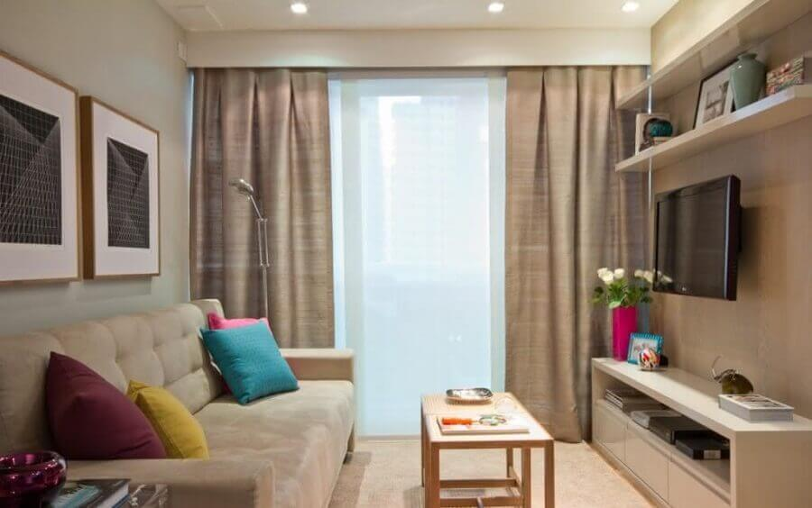 Rack pequeno para sala de estar decorada em tons neutros