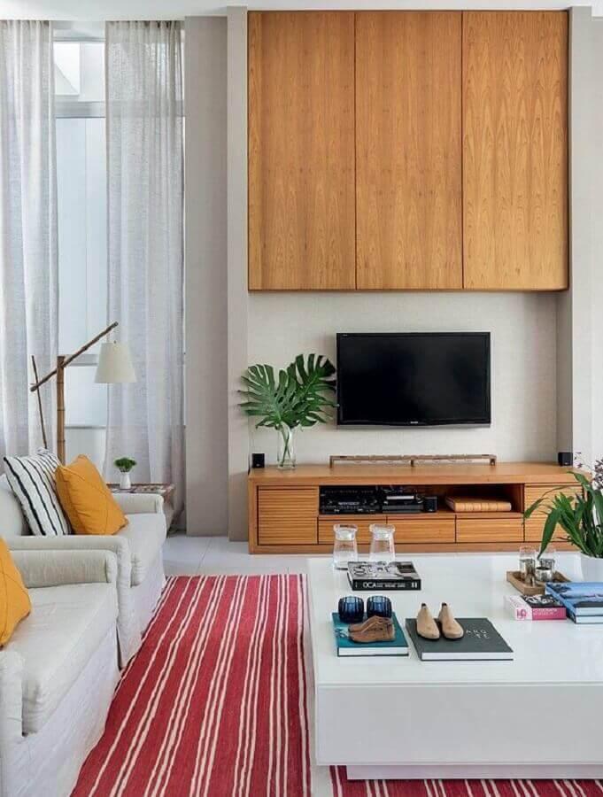 Sala ampla decorada com rack de madeira