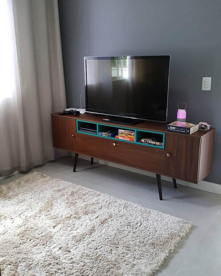 Sala decorada com rack de madeira retrô