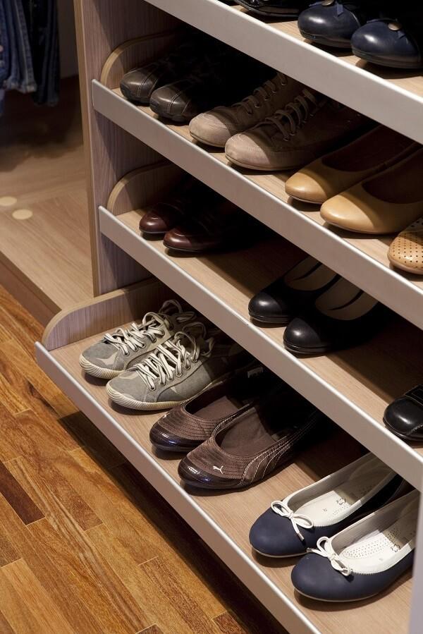 Sapateira com prancha deslizante facilita a escolha dos sapatos