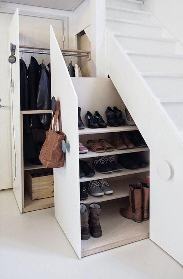 Sapateira deslizante feita sob medida embaixo da escada