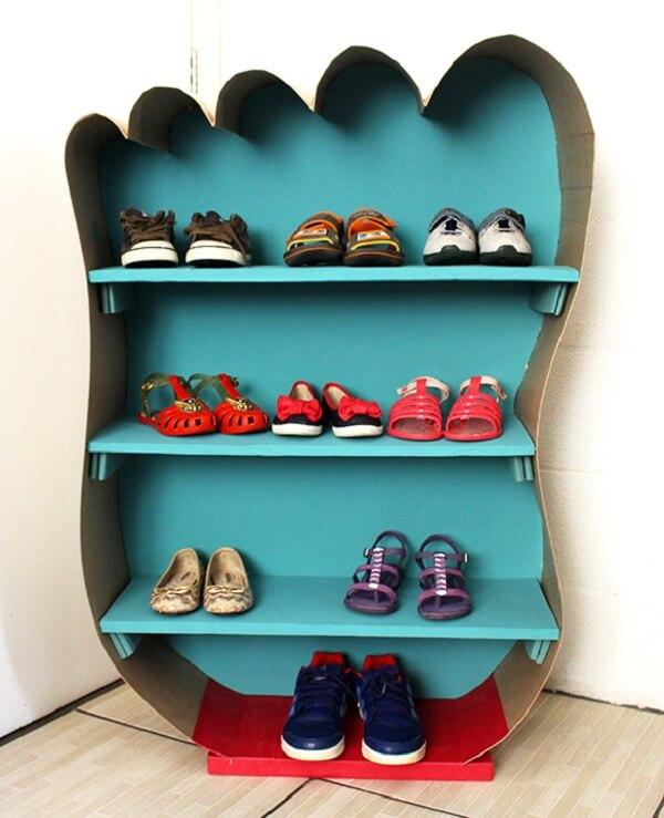 Sapateira infantil criativa em formato de pé