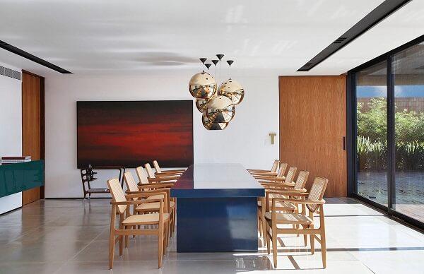 Se você incluir uma mesa colorida no seu espaço procure investir em cadeiras neutras