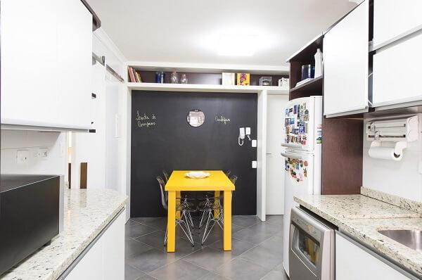 Se você optar por uma mesa colorida procure utilizar cadeiras para cozinha transparentes