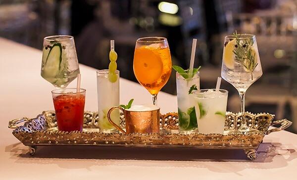 Sirva os drinks em diferentes copos
