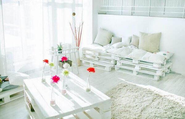 Sala de estar clean com sofá de palete branco