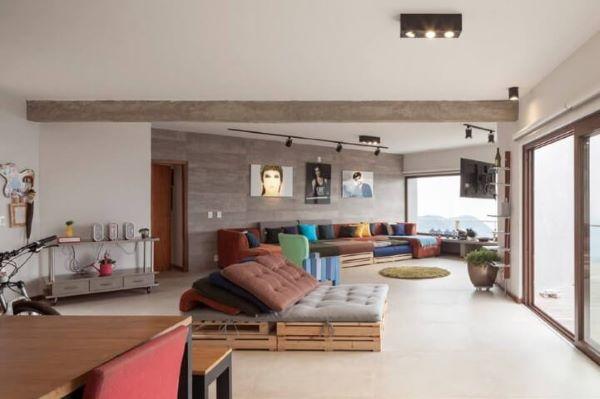 Sofá de palete na sala integrada