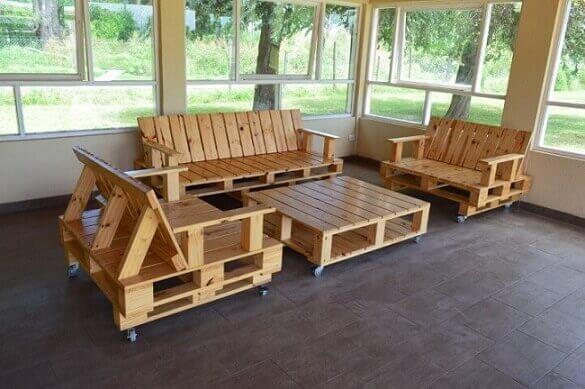 Sofá de palete sem almofadas com mesa de centro