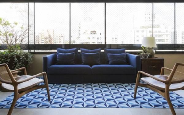 Tapete azul estampado sala