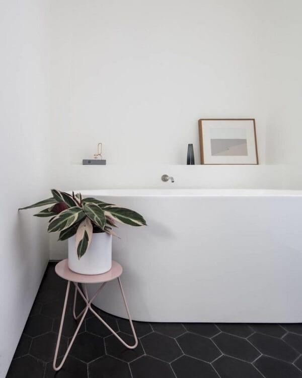 Traga um toque de cor para o banheiro incluindo uma maranta na decoração