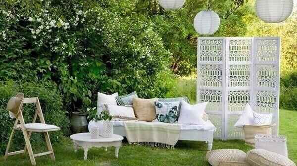 Utilize o biombo de madeira branco em eventos ao ar livre