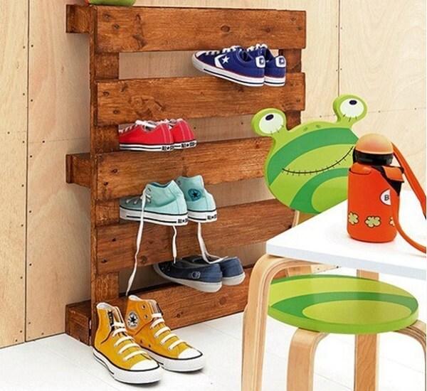 Utilize uma placa de pallet como organizador de sapatos