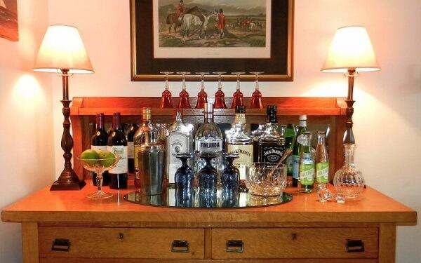 Você pode organizar seu home bar sobre uma cômoda