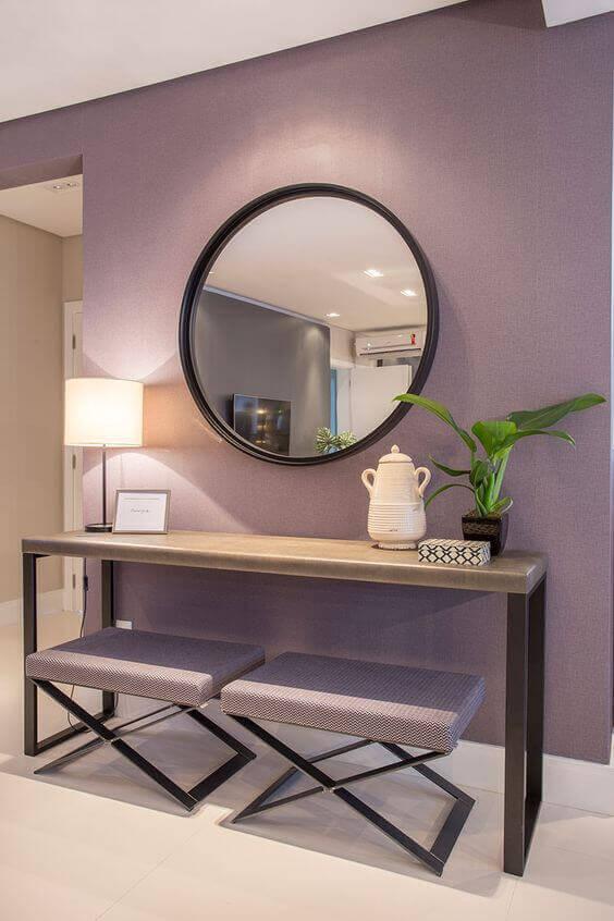 Aparador simples com espaço para puffs e espelho decorativo