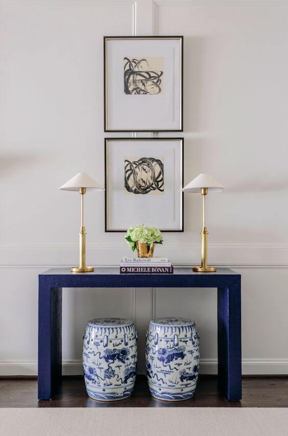 Aparador azul para sala de estar com quadros decorativos