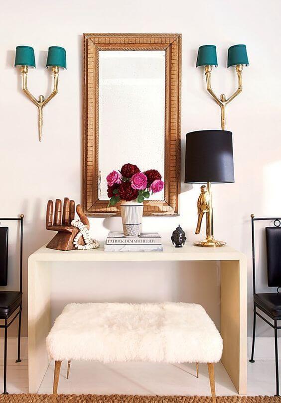 Aparador para sala clean decorada com espelho e pendentes