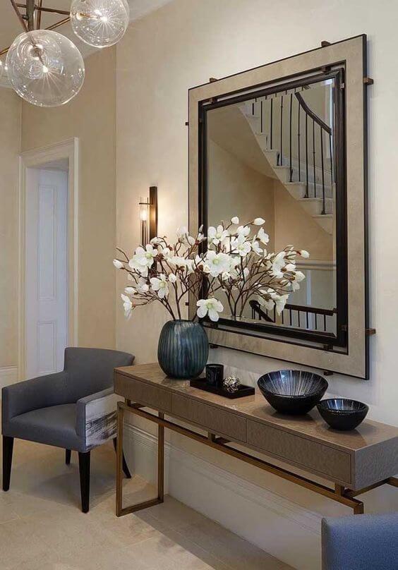 Aparador para sala com espelho decorando o ambiente