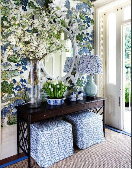 O aparador pequeno para sala fica lindo com vasos de flores na decoração