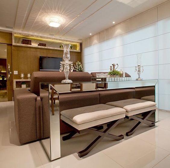 Aparador para sala com puff atrás do sofá