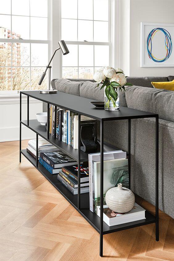 Aparador de ferro para sala preto com sofá cinza