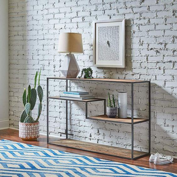 Aparador para sala de ferro com papel de parede de tijolinho
