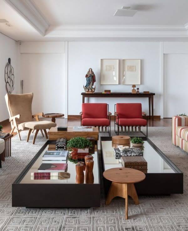 Aparador para sala de estar com objetos de decoração variados