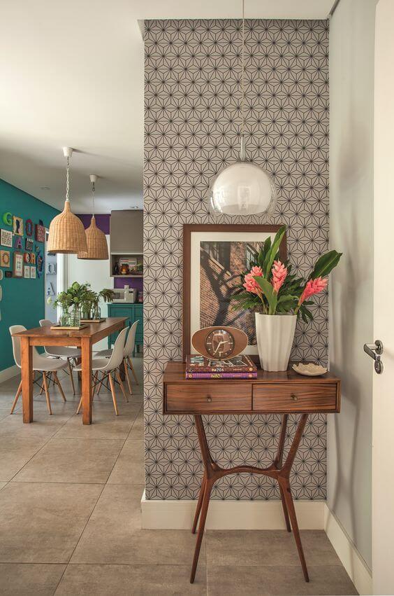 . Aparador para sala de madeira com vaso de flores